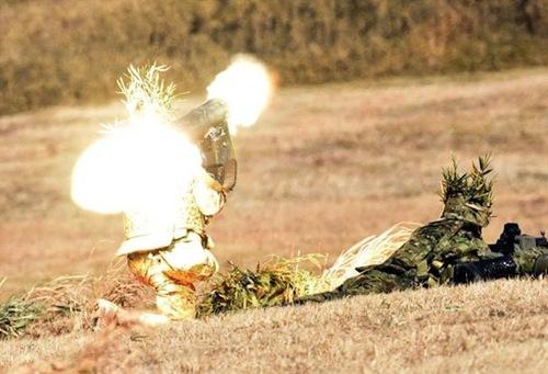 面射击、直升机空中支援攻击等演习.-日本精锐伞兵部队新年首次演图片
