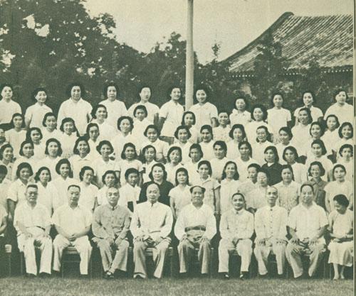1958年7月16日,彭德怀与党和国家领导人接见出席全国妇女工作会议的代表。前排左起:李先念、聂荣臻、彭德怀、 陈毅、毛泽东、邓小平、李富春、彭真、蔡畅。
