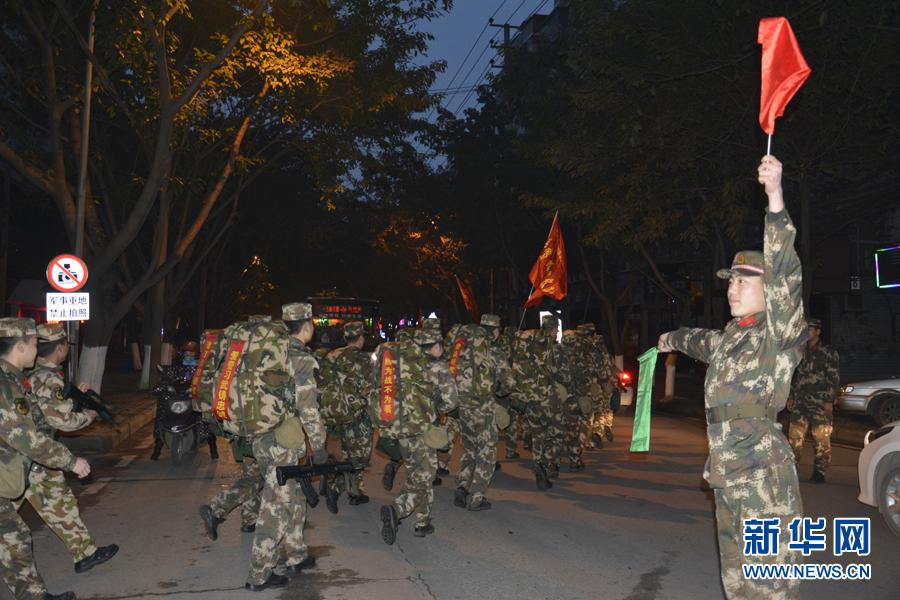 组图 武警8740部队徒步野营拉练图片