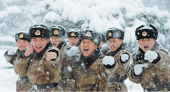 解放军07式冬服,沿袭了我军传统的军棉帽样式,但冬服的种类大大图片