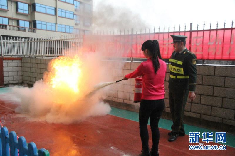 广西防城边防派出所联合驻地消防官兵开展辖区幼儿园寒假安全教育