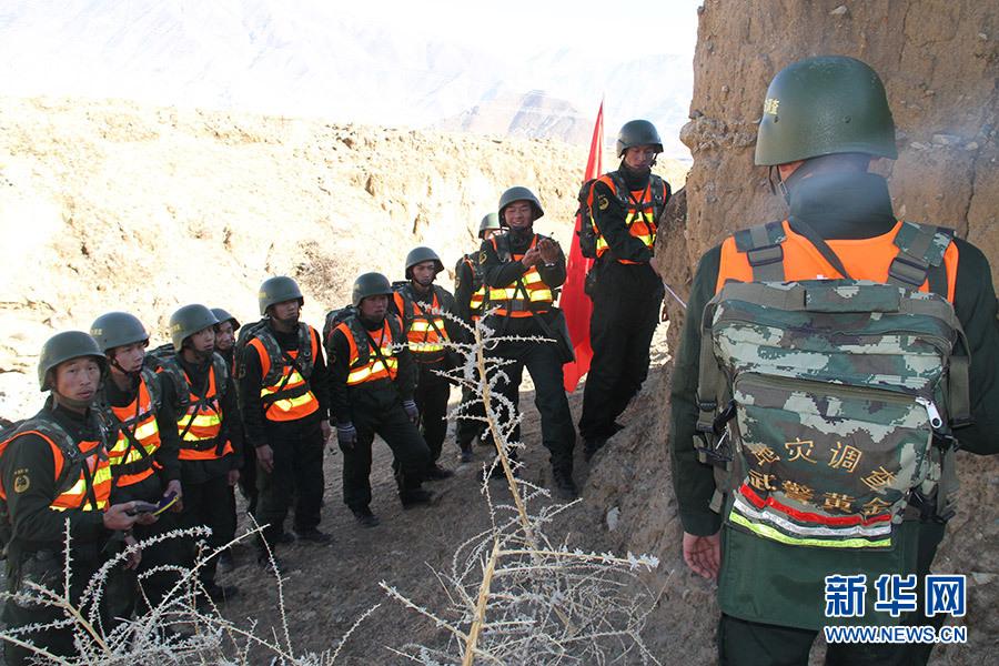 武警黄金部队以地质灾害应急救援为背景展开野营拉练图片