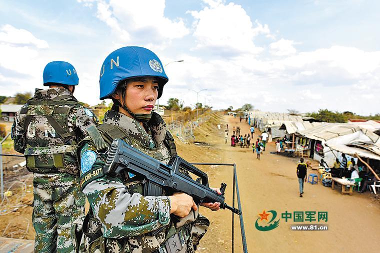 当地时间3月1日,中国第二批赴南苏丹(朱巴)维和步兵营女子步兵班女兵在哨位执勤,保护难民营安全。抵达任务区后,这支由13名女兵组成的步兵班直接作为战斗单位执行营区防卫、难民营徒步巡逻等任务。