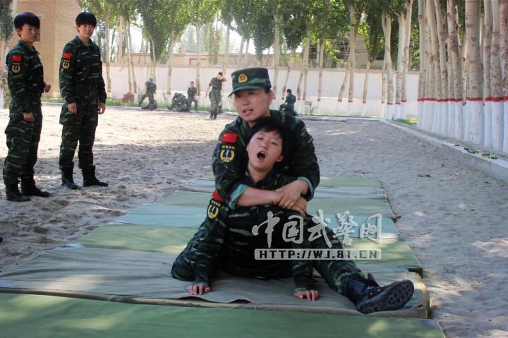 被武警部队表彰为优秀士官人才奖三等?-新疆女特警训练曝光 手臂勒图片