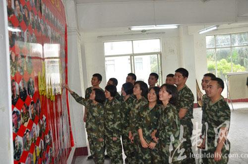 军校学员笑脸墙上晒幸福图片