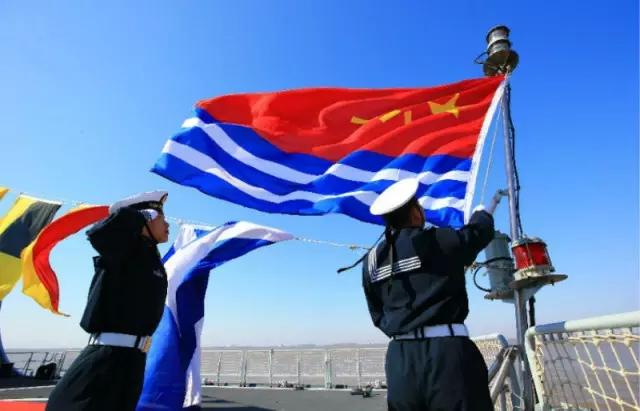 中国人民解放军海军军旗,升挂满旗和代满旗时均在舰艉旗杆悬挂,