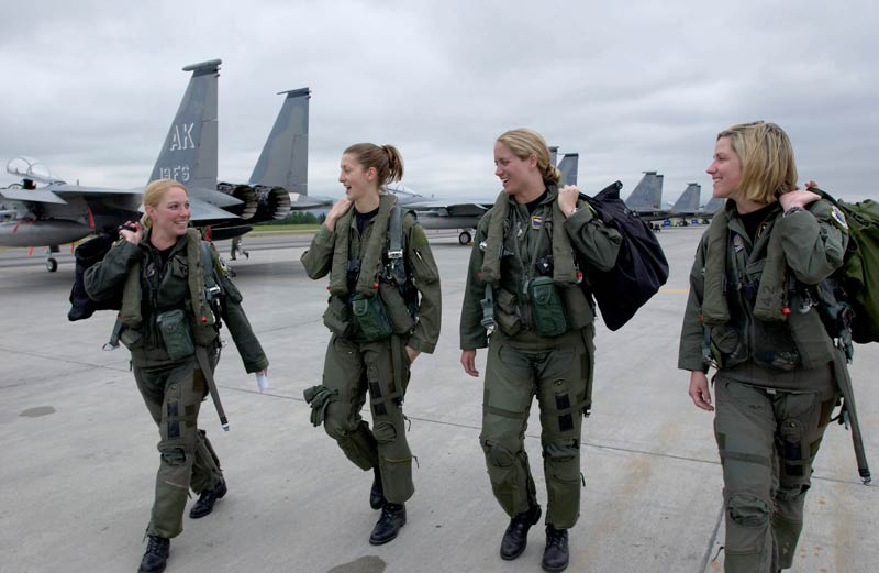 美国空军女飞行员: 据五角大楼统计,目前美国空军中有6.7万名女
