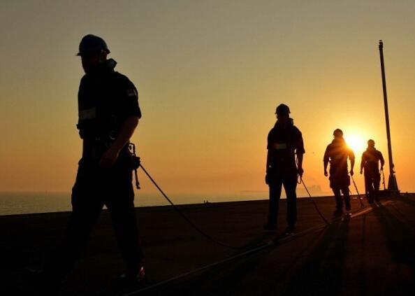一个军人在夕阳下图片_英国皇家海军摄影比赛最佳照片出炉 -新华时政-新华网