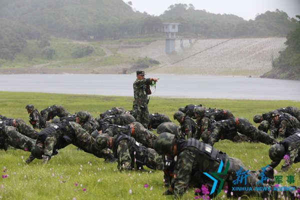 日,云南丽江,武警8750部队特战队员正在进行雨中综合体能训练.图片