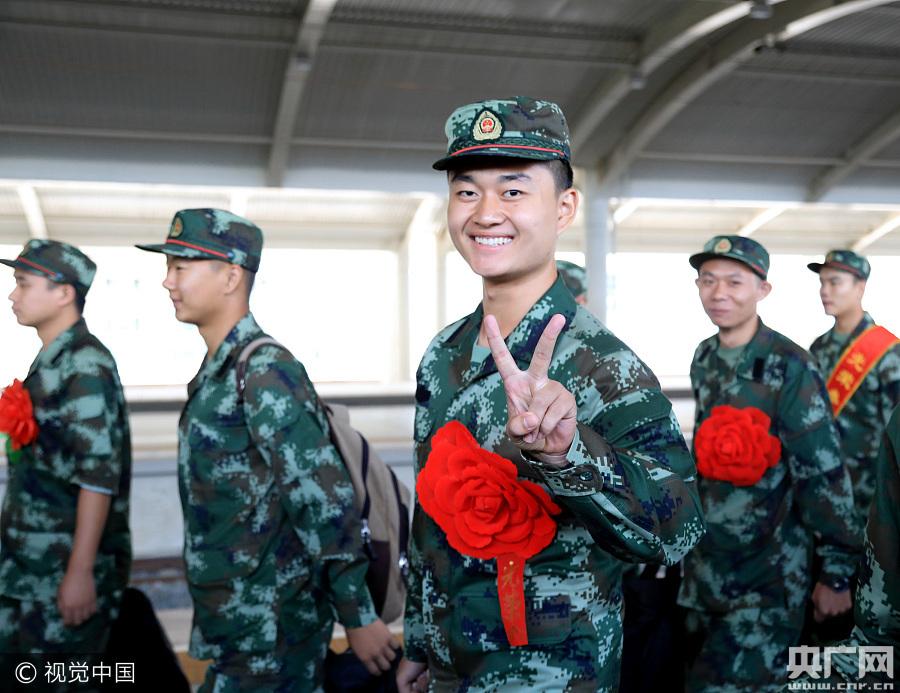 内蒙古边防总队首批新兵入营 40%是大学生