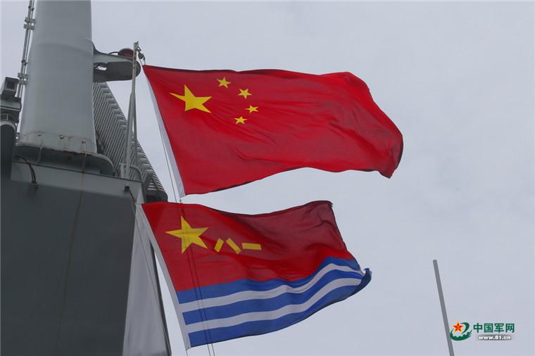 红旗和人民海军军旗迎风招展.解放军报记者   摄 -假期留给你,和平