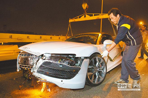 吕姓男子驾驶艺人林志颖的奥迪r8 spyder超级跑车,失控撞高清图片