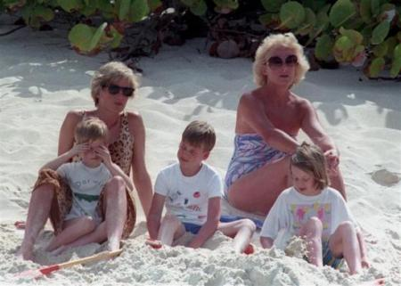 ,威廉(中)与戴安娜王妃和弟弟哈里在沙滩上玩耍.-威廉王子童年
