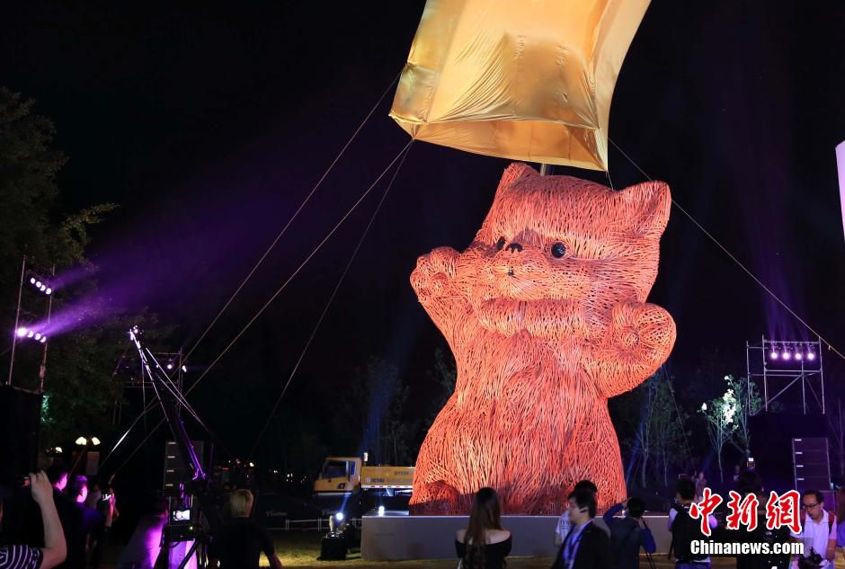 A giant pink cat, which is one of the latest creations from Holland designer Florentijn Hofman, is displayed in Shanghai, east China, May 30, 2014. Hofman is well-known for his creation 'Giant Rubber Duck.' (Photo Source: chinanews.cn)