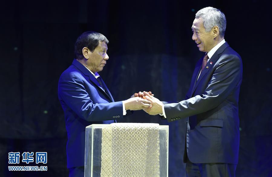 <br/>  11月14日,在菲律宾马尼拉,菲律宾总统杜特尔特(左)在闭幕仪式上将象征东盟轮值主席国身份的木槌交给新加坡总理李显龙。第31届东盟峰会及东亚合作领导人系列会议14日晚间在菲律宾首都马尼拉闭幕,新加坡将为明年东盟轮值主席国。 新华社发(王玺 摄)<br/>