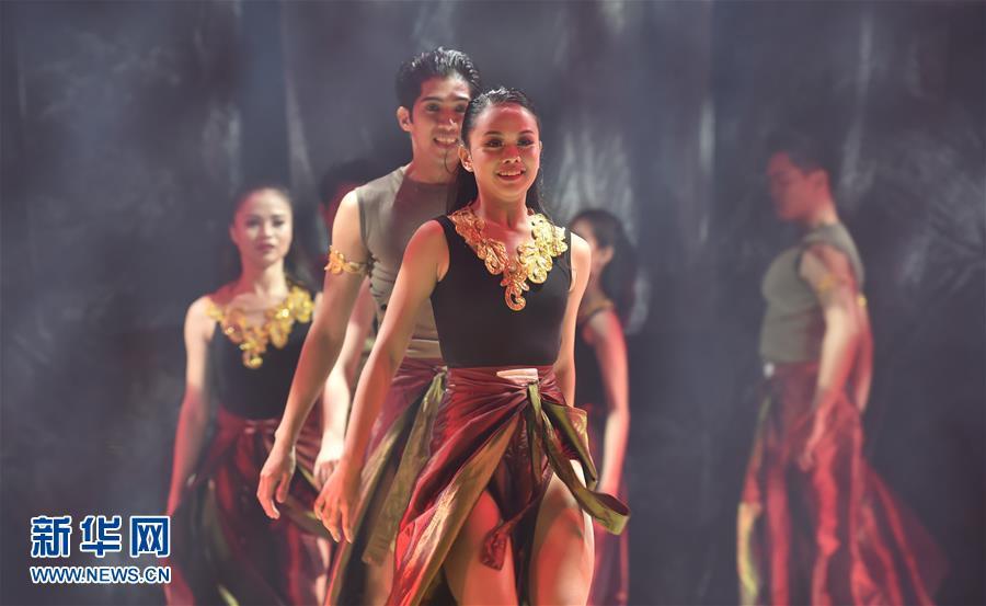 <br/>  11月14日,在菲律宾马尼拉,演员在闭幕仪式上演出。
