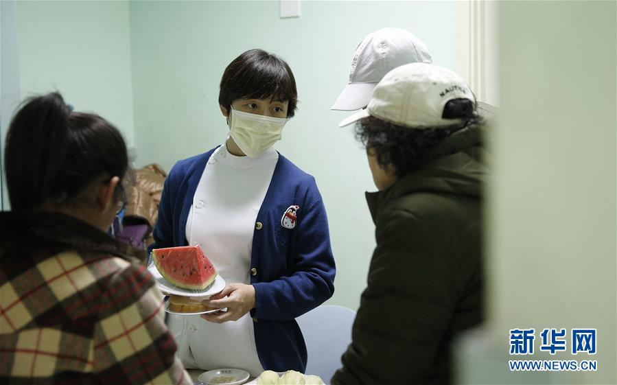 <br/>  11月14日,一名护士为患儿和家长讲解糖尿病护理常识。当日是联合国糖尿病日。北京儿童医院内分泌遗传代谢科的糖尿病专病门诊的医护人员邀请前来就诊的患儿参加糖尿病知识有奖问答,并向患儿和家长们宣传糖尿病和相关护理常识。<br/>