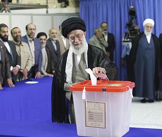 伊朗總統選舉開始投票 哈梅內伊投下首張選票