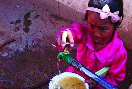 雲南小學生用江水泡飯圖片引熱議 校長稱是生活習慣