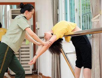 探訪女文藝兵光鮮的背後 練功致腰肌勞損
