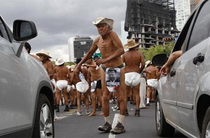 墨西哥农民半裸穿尿布
