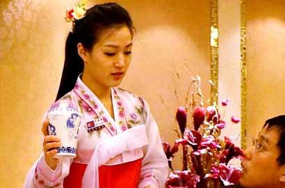 中國奢華餐廳裏的朝鮮姑娘