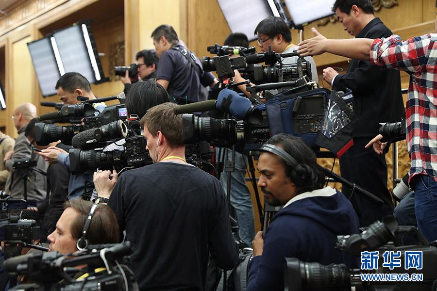 中外记者在见面会现场进行准备工作
