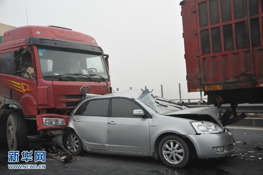 京昆高速四川成绵段发生连环车祸