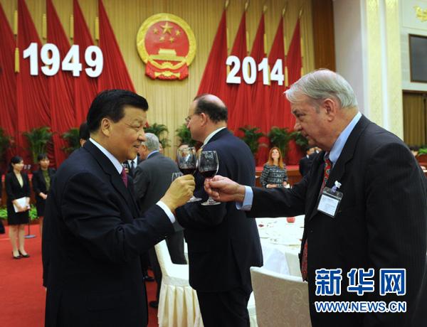 9月28日,庆祝中华人民共和国成立65周年外国专家招待会在北京人民大会堂举行。中共中央政治局常委、中央书记处书记刘云山出席并致辞。新华社记者 饶爱民 摄