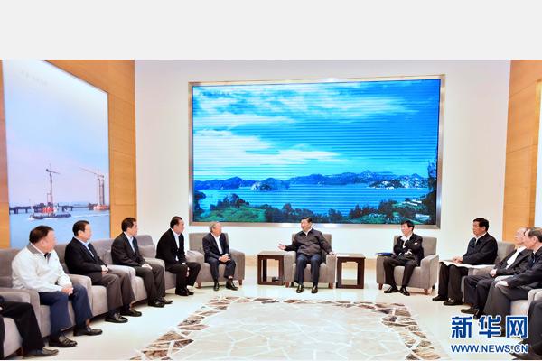 这是1日上午,习近平在宸鸿科技(平潭)有限公司会见部分台资企业负责人,并同他们座谈。 新华社记者 李涛 摄