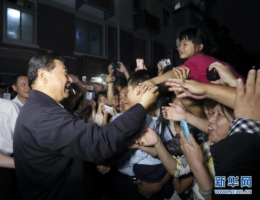 这是1日傍晚,习近平在福州市军门社区与居民群众交流。 新华社记者 兰红光 摄