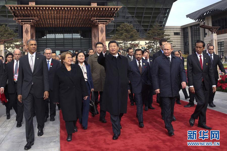 月11日,中国国家主席习近平与参加2014年亚太经合组织领导人非正图片