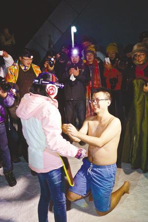 男子海拔3600米冰雪地半裸求婚 医生建议勿模仿