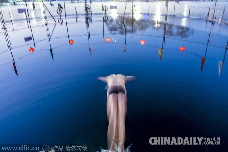 2015年1月27日,北京,什刹海前海冬泳区.一位老人在前海中冬泳.