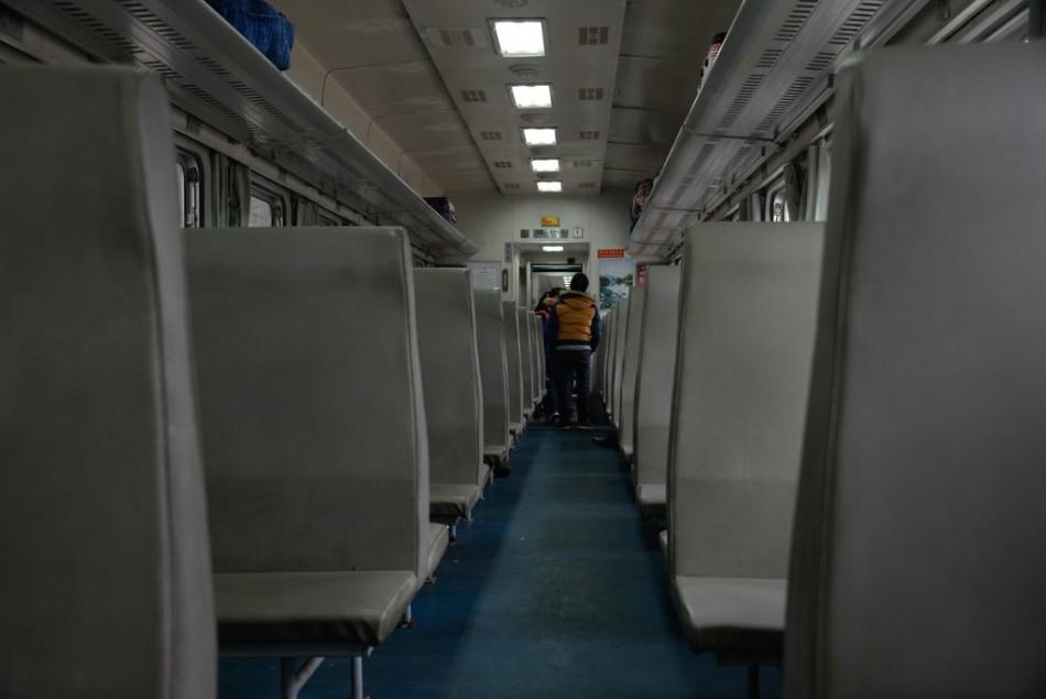 贵州部分列车车厢空荡 乘客睡 卧铺
