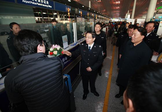 查北京春节期间安保工作并看望慰问一线安保人员.图为在首都国际