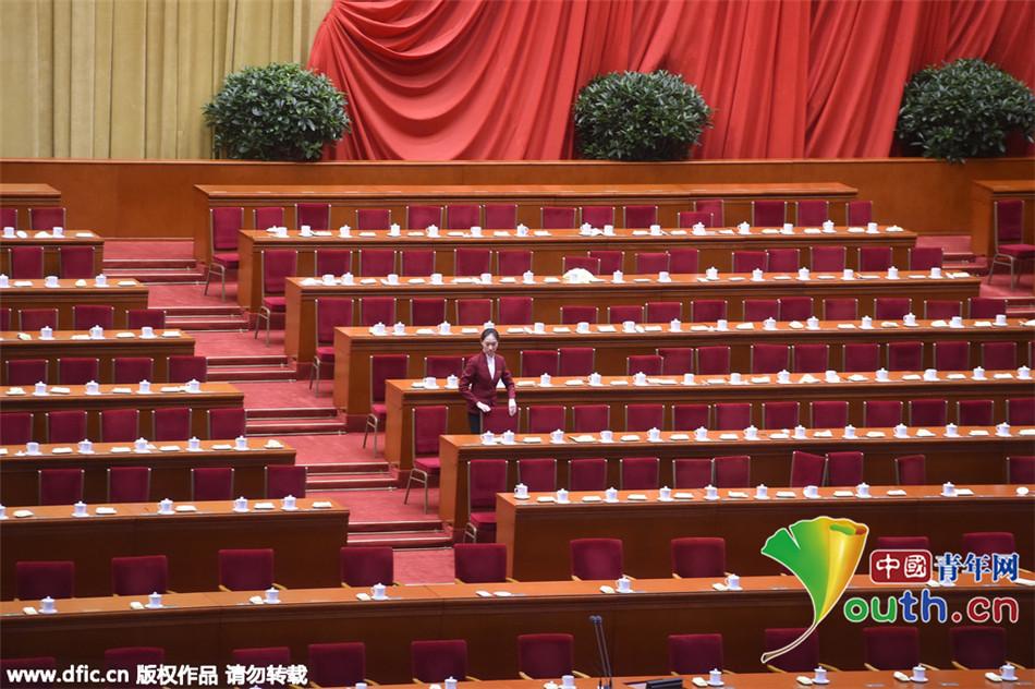 政协会议闭幕 大会服务员进行会后整理