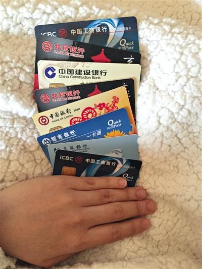 记者体验:持他人身份证在14家银行网点办卡10张