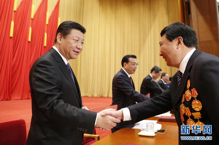 这是习近平等党和国家领导人向全国劳动模范和先进工作者颁发荣誉证书。新华社记者鞠鹏 摄