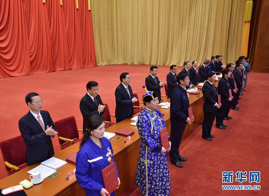 这是习近平等党和国家领导人向全国劳动模范和先进工作者颁发荣誉证书。新华社记者李涛  摄