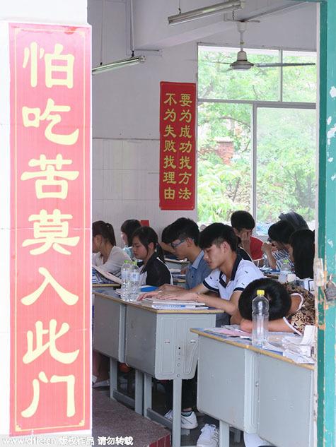 """高三教室里高悬着一条条""""励志""""的高考标语,成了一道独特的风景"""