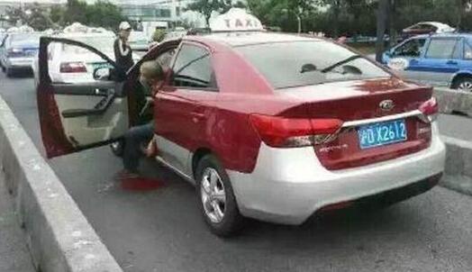 上海浦东机场 出租车司机疑遭同行割颈身亡