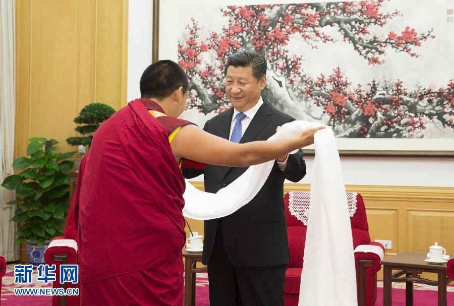 6月10日,中共中央总书记、国家主席、中央军委主席习近平在北京中南海接受班禅额尔德尼·确吉杰布的拜见。这是班禅向习近平敬献哈达。新华社记者 兰红光摄