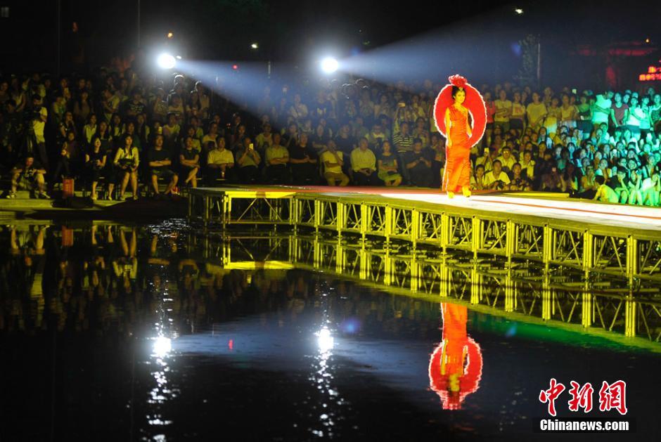 服装设计专业毕业生举办了一场水上T台秀,通过梦幻靓丽的时装走图片