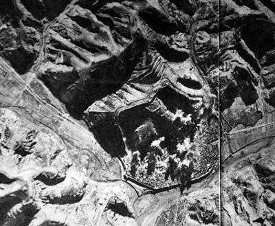 日军随军记者1939年10月拍摄的佐濑航空部队轰炸延安图。重庆晨报记者高科翻拍