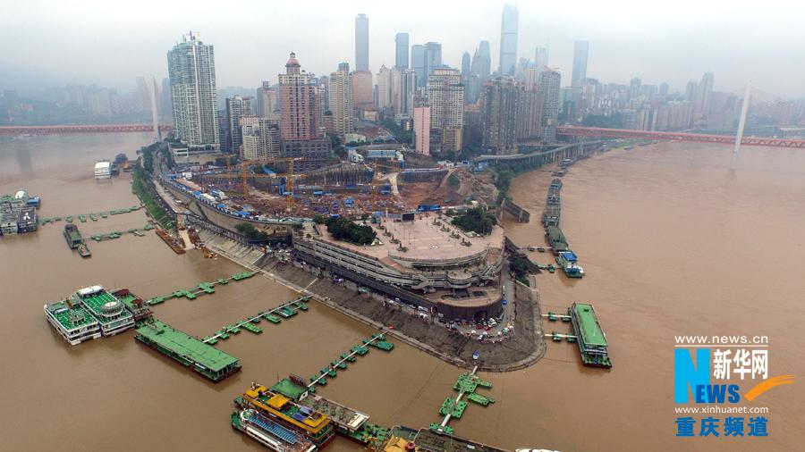 大洪峰过境后的重庆朝天门码头. 本组图片由新华网新闻无人机队拍图片