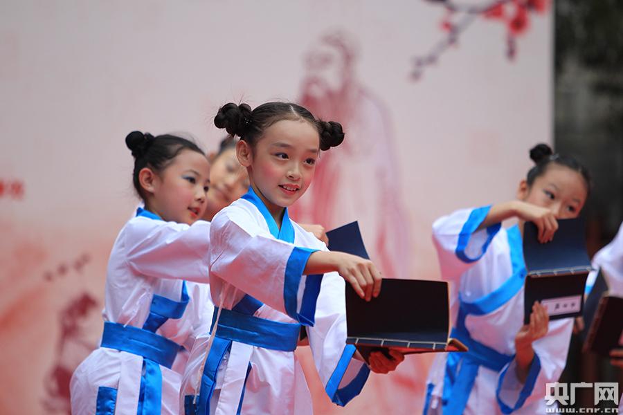 北京小学生着汉服向孔子像行礼英语小学生舞台剧图片