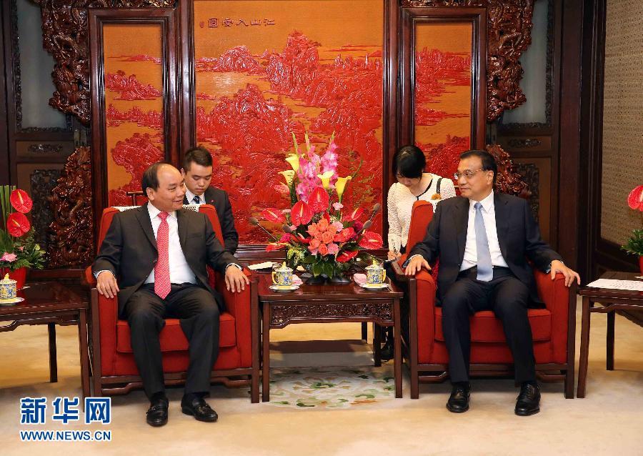 2015年9月16日,中共中央政治局常委、国务院总理李克强在北京中南海紫光阁会见来华正式访问并出席第十二届中国-东盟博览会的越共中央政治局委员、越南副总理阮春福(左)。