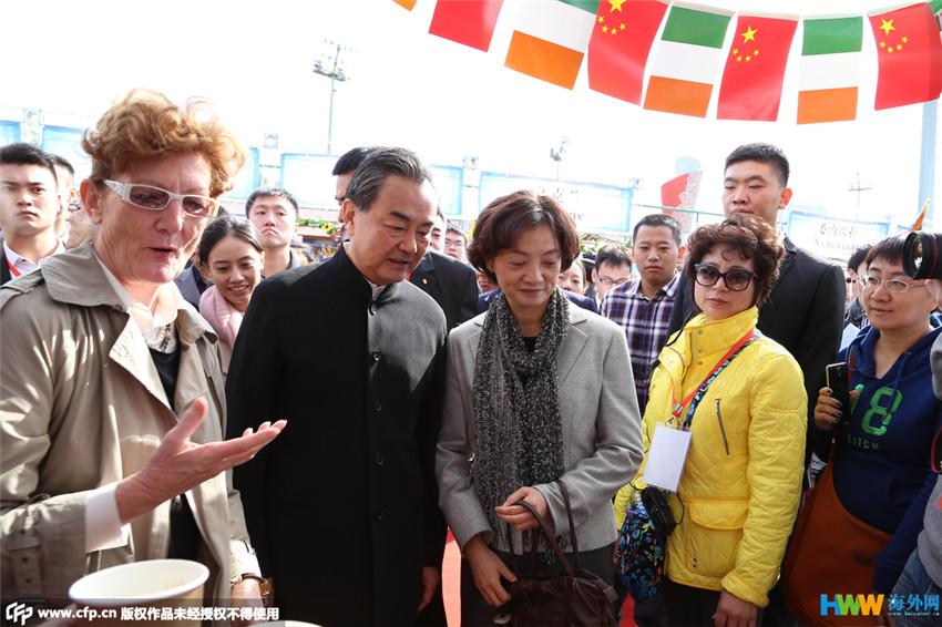 """王毅夫妇助阵""""大爱无国界""""国际义卖"""