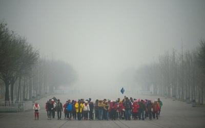 1日(上图)和2日拍摄的奥林匹克公园,能见度相差极大。京华时报记者潘之望摄